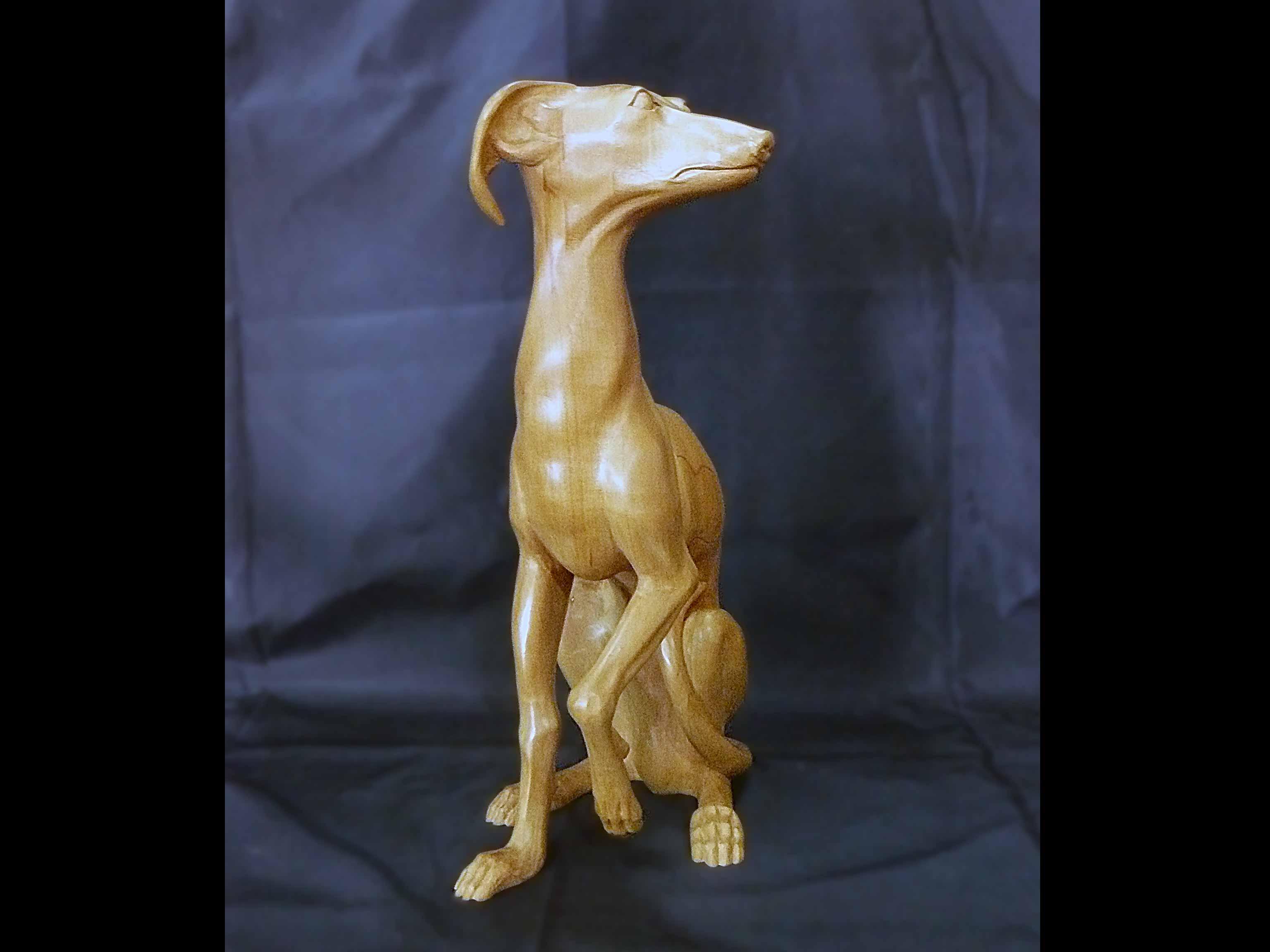 Sculpture de petit lévrier italien en poirier